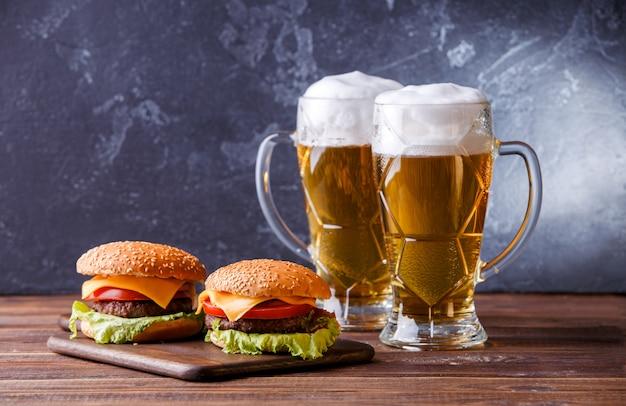 Zdjęcie Dwóch Hamburgerów, Szklanki Z Piwem Premium Zdjęcia