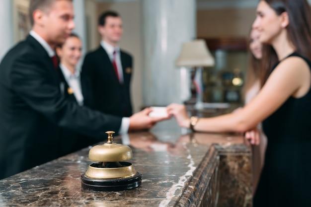 Zdjęcie Gości Otrzymujących Kartę Kluczową W Hotelu, Premium Zdjęcia