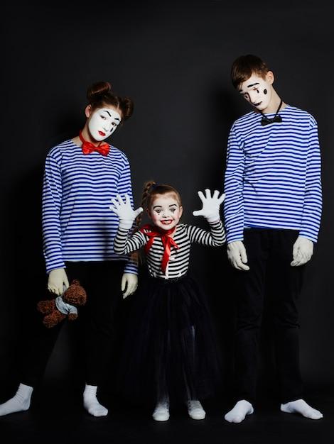 Zdjęcie grupowe dzieci mime, twarz makijażu pantomimy Premium Zdjęcia
