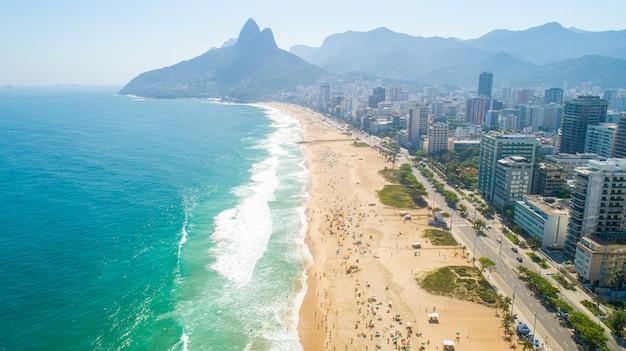 Zdjęcie lotnicze z plaży ipanema w rio de janeiro. 4k. Premium Zdjęcia