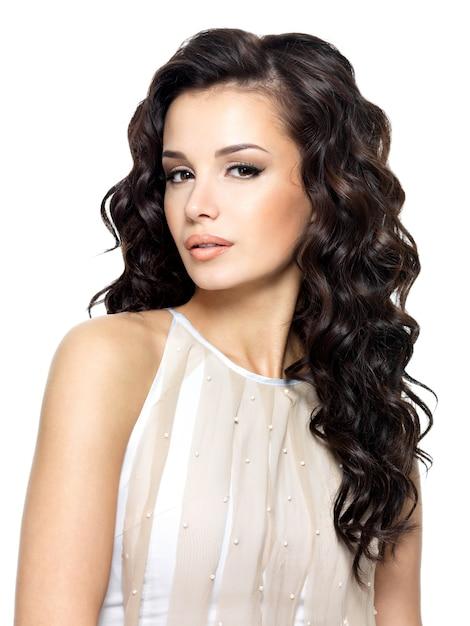 Zdjęcie Młodej Kobiety Z Uroda Długie Kręcone Włosy. Modelka Pozowanie Studio. Darmowe Zdjęcia