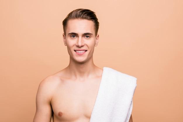 Zdjęcie Młodzieńca Pozowanie Na Białym Tle Na Pastelowy Beż Premium Zdjęcia