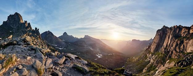 Zdjęcie panoramiczne doliny górskiej wiosny Premium Zdjęcia