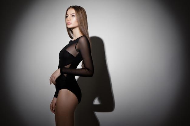 Zdjęcie Pięknej Dziewczyny Brunetka W Studio Premium Zdjęcia