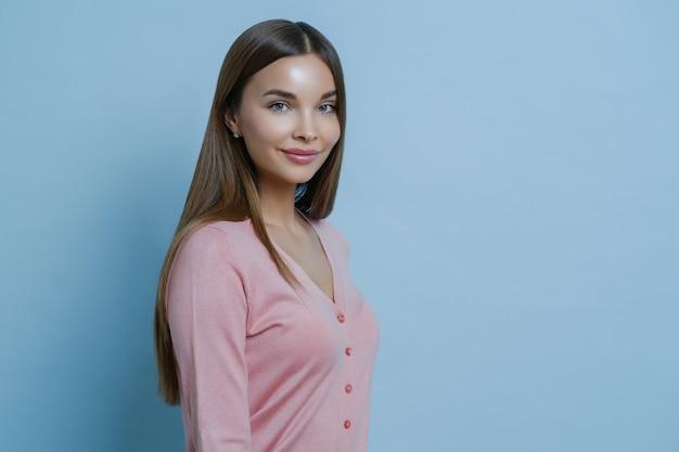 Zdjęcie Profilowe Pięknej Uroczej Brunetki Ma Długie Proste Włosy, Nosi Swobodny Różowy Sweter Premium Zdjęcia