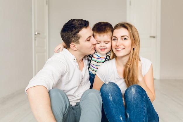Zdjęcie Rodzinne Dwóch Młodych Rodziców Bawiących Się Z Dzieckiem Chłopca Darmowe Zdjęcia