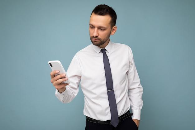 Zdjęcie Strzał Przystojny Pozytywny Przystojny Młody Człowiek Ubrany W Pozowanie Dorywczo Stylowy Strój Premium Zdjęcia