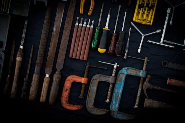 Zdjęcie Z Góry Ogromnej Kolekcji Roboczej I Ręcznej Elektronarzędzi Wielu Do Drewna Na Odosobnionej Czarnej Powierzchni Premium Zdjęcia
