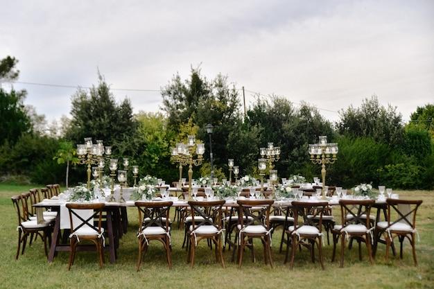 Zdobiony Stół Na Uroczystości Weselne Z Miejscami Siedzącymi Dla Gości W Ogrodach Darmowe Zdjęcia