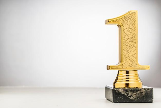 Zdobywcy 1. miejsca złote trofeum z miejscem na kopię Premium Zdjęcia