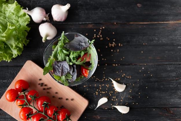 Zdrowa Letnia Sałatka Z Zieleniną, Warzywami I Przyprawami Premium Zdjęcia