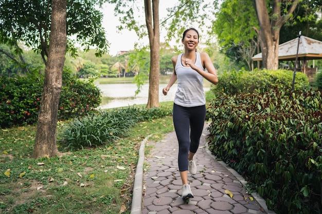 Zdrowa piękna młoda azjatycka biegacz kobieta w sportach odziewa biegać i jogging Darmowe Zdjęcia
