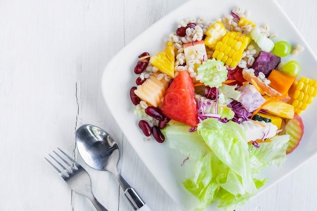 Zdrowa Sałatka Owocowo-warzywna Premium Zdjęcia