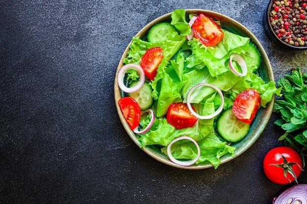 Zdrowa Sałatka Pomidorowa, Ogórkowa, Wymieszać Liście Inne Premium Zdjęcia