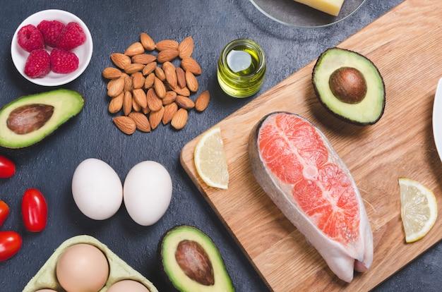 Zdrowa żywność Niskowęglowodanowa Na Czarnym Tle. Koncepcja Diety Keto Premium Zdjęcia