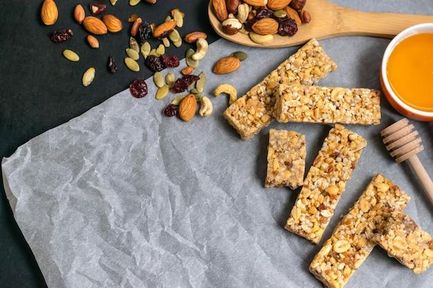 Zdrowe domowe batoniki zbożowe muesli z orzechami, suszonymi owocami i miodem Premium Zdjęcia