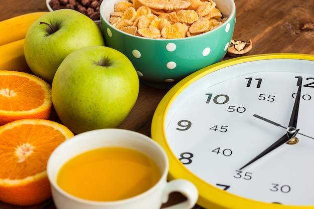 Zdrowe Domowe śniadanie Z Musli, Jabłek, świeżych Owoców I Orzechów Włoskich Darmowe Zdjęcia