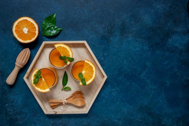 Zdrowe Jedzenie, Dobre Samopoczucie I Koncepcja Odchudzania, Naturalne Organiczne świeże Mango I Pomarańczowy Koktajl. Premium Zdjęcia