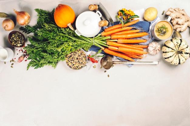 Zdrowe Jedzenie Gotowanie Tło. świeże Marchewki Ogrodowe, Cebule, Dynie, Imbir I Przyprawy Na Rustykalne Drewniane Tła Premium Zdjęcia