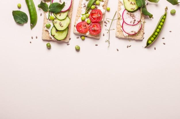 Zdrowe Kanapki Z Miękkim Serem I Surowymi Warzywami Na Chrupiącym Chlebie. Premium Zdjęcia