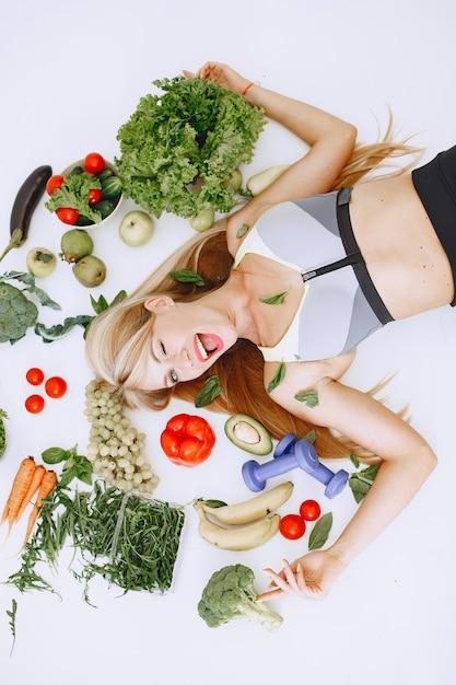 Zdrowe Odżywianie. Koncepcja Diety I Ludzi. Blondynka Na Podłodze. Darmowe Zdjęcia