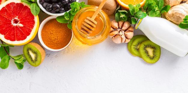 Zdrowe Produkty Dla Wzmocnienia Odporności Na Białym Tle Z Miejsca Kopiowania Widok Z Góry. Warzywa I Owoce W Celu Wzmocnienia Układu Odpornościowego Premium Zdjęcia