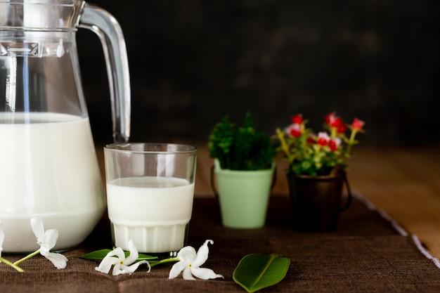 Zdrowe produkty mleczne na stole na stole Darmowe Zdjęcia