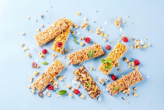 Zdrowe śniadanie I Przekąskę Koncepcja Domowej Roboty Muesli Ze świeżymi Malinami I Orzechami I Batoników Granola Na Jasnym Niebieskim Tle Wzór Premium Zdjęcia