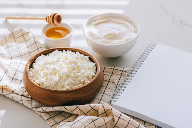 Zdrowe śniadanie Z Twarogu Z Kwaśną śmietaną I Miodem, Czyste Puste Miejsce Na Tekst, Plan Diety Na Marmurowym Stole Premium Zdjęcia