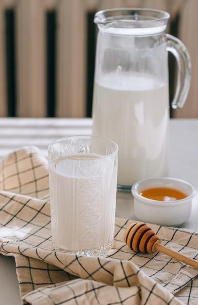 Zdrowe śniadanie Z Twarogu Ze śmietaną I Miodem Na Marmurowym Stole Premium Zdjęcia