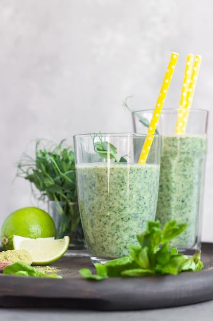 Zdrowe śniadanie Z Zielonym Koktajlem Z Herbatą W Proszku Matcha I Składnikami Na Drewnianej Tacy Premium Zdjęcia