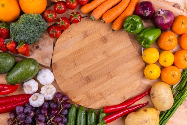 Zdrowe, świeże, Surowe Warzywa I Owoce Premium Zdjęcia