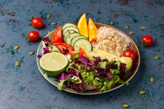 Zdrowe Wegetariańskie Zrównoważone Jedzenie Koncepcja, Sałatka Ze świeżych Warzyw, Miska Buddy Darmowe Zdjęcia