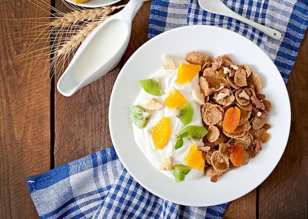 Zdrowy Deser Z Musli I Owocami W Białym Talerzu Na Stole Darmowe Zdjęcia