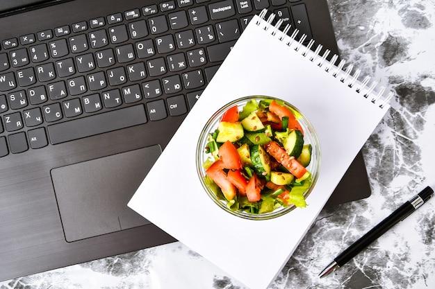 Zdrowy Lunch Biznesowy Przekąska W Biurze, Sałatka Jarzynowa, Pusty Notatnik Z Piórem Premium Zdjęcia