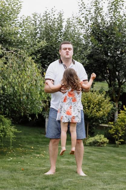 Zdrowy Ojciec I Córka Bawią Się Razem Premium Zdjęcia