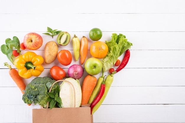 Zdrowy styl życia i jedzenie koncepcja na białym tle drewnianych Premium Zdjęcia