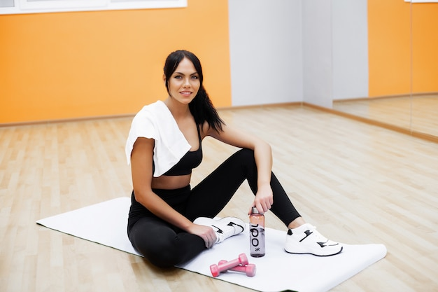Zdrowy tryb życia. sprawności fizycznej kobieta robi ćwiczeniu w gym Premium Zdjęcia