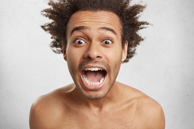 Zdumiony Klient Afro American Z Szeroko Otwartymi Oczami Jest W Szoku Darmowe Zdjęcia