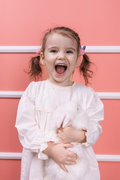Zdziwiona Dziewczyny Pozycja Z Królikiem Darmowe Zdjęcia
