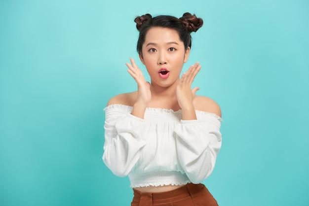 Zdziwiona ładna Nastolatka Pozuje Premium Zdjęcia
