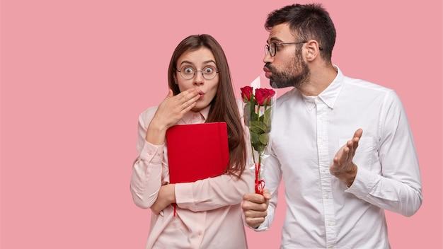 Zdziwiona Piękna Kobieta Nie Oczekuje Od Koleżanki Kwiatów, Zakrywa Usta Dłonią Darmowe Zdjęcia