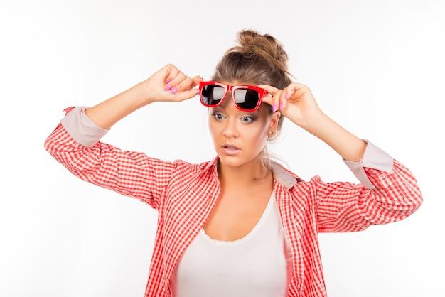 Zdziwiona Zabawna Seksowna Kobieta W Okularach Premium Zdjęcia