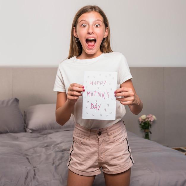 Zdziwiony Dziewczynka Gospodarstwa Kartkę Z życzeniami Z Napisem Happy Mothers Day Darmowe Zdjęcia