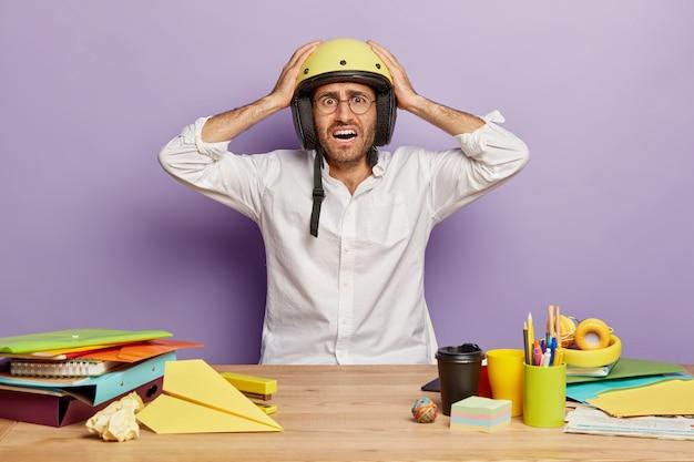 Zdziwiony Kłopotliwy Pracownik Siedzący Przy Biurku Darmowe Zdjęcia