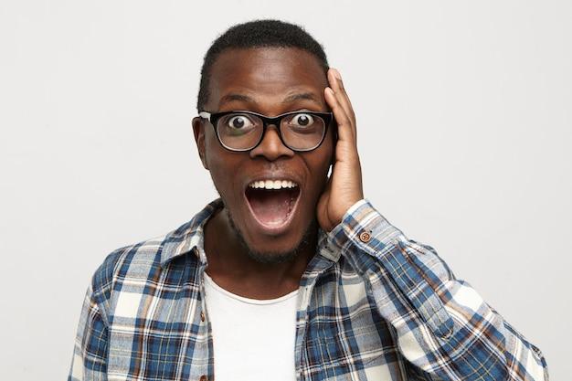 Zdziwiony Młody African American Hipster W Okularach I Koszuli W Kratkę Na Białej Koszulce Darmowe Zdjęcia