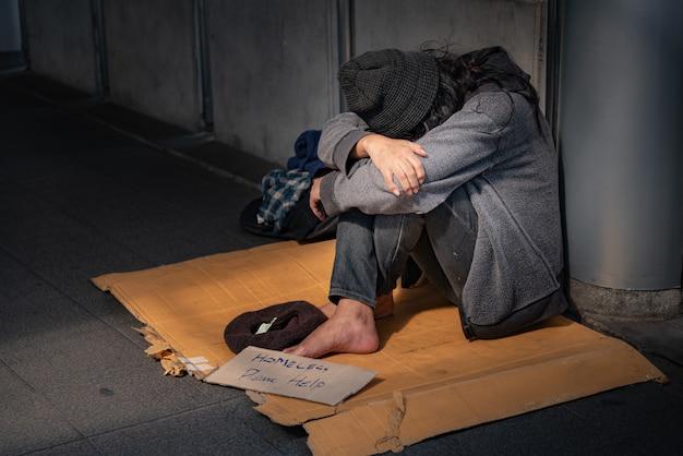 Żebracy, Bezdomni Siedzą Na Podłodze. Premium Zdjęcia