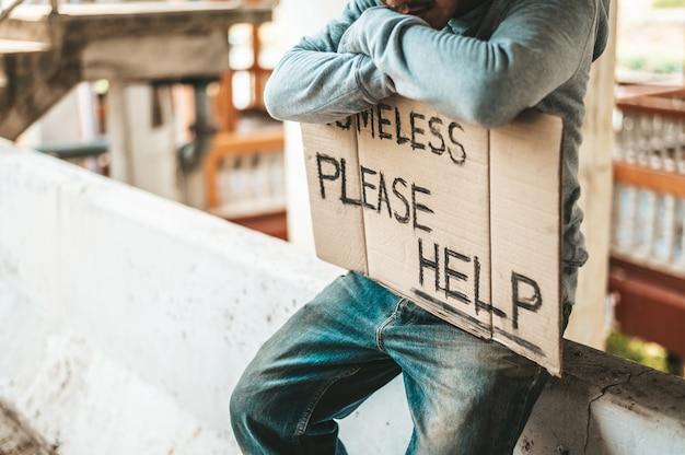 Żebraki Siedzą Na Barierach Z Bezdomnymi. Proszę O Pomoc. Darmowe Zdjęcia