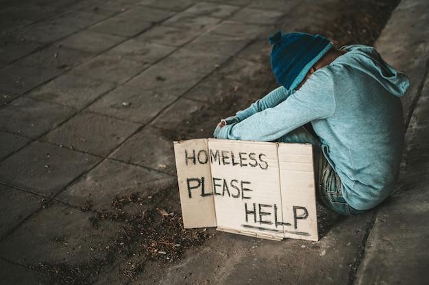 Żebraki Siedzą Pod Mostem Z Bezdomną Wiadomością. Proszę Pomóż. Darmowe Zdjęcia