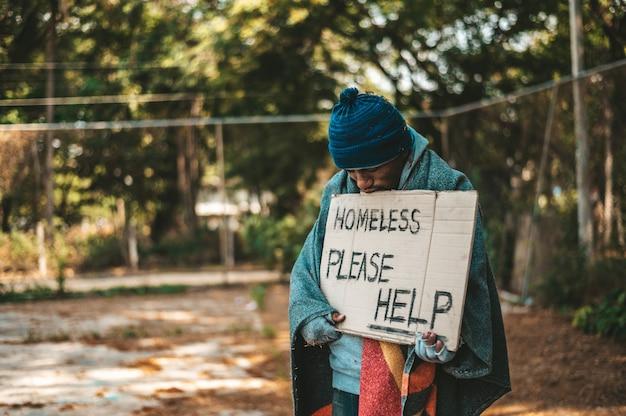 Żebraki Stoją Na Ulicy Z Wiadomościami Dla Bezdomnych, Proszę O Pomoc. Darmowe Zdjęcia